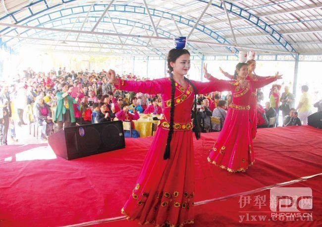 霍城县惠远镇央布拉克村村民通过旅游发展,实现脱贫致富